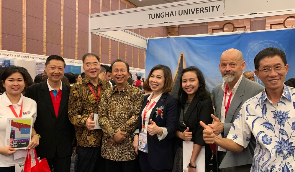 Chief advisor of Indonesia Ministry of Research Education, Dr. Hari Purwanto (4th to the left) specially thanked and gave recognition to Tunghai Universiy A photo taken with Mr. Li- chih Wang, vice president of Tunghai University (3rd to the left) and Ms. Siou-Jyuan Ye, chairman of Indonesia-Taiwan Education Center (5th to the left)