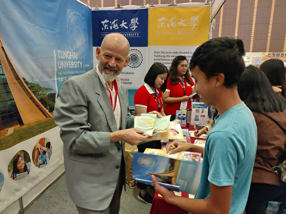 This is the 8th Indonesia-Taiwan Education Exhibition at Jakarta. Every year there are many local students who come and consult