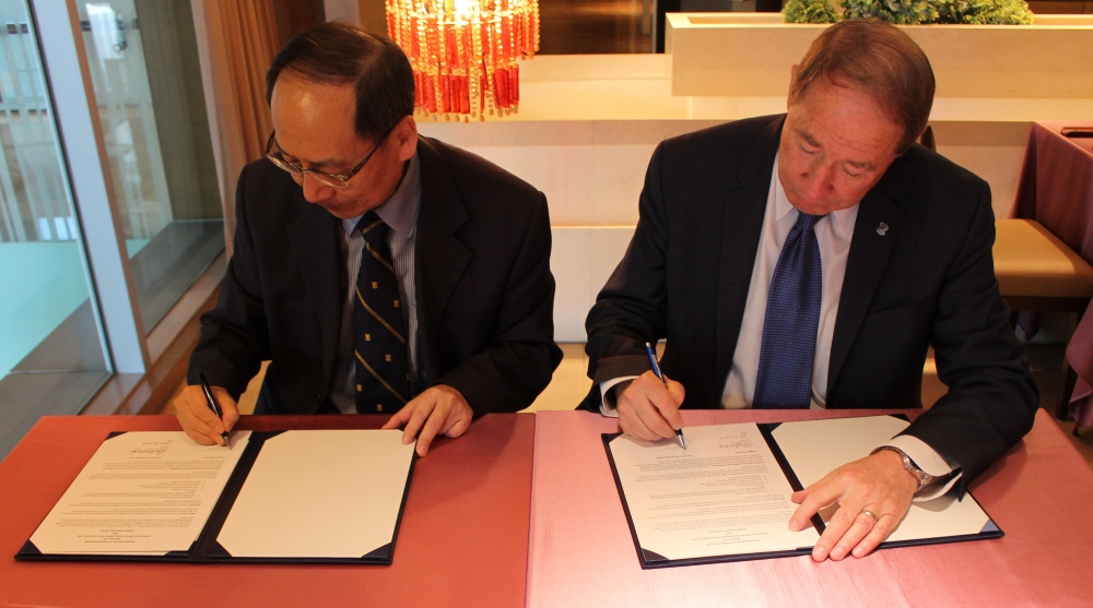 President Mao-Jiun Wang and President David M. Dooley Signing the Renewed MOU